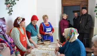 Десять тысяч вареников для военных налепили жители Каменец-Подольского района
