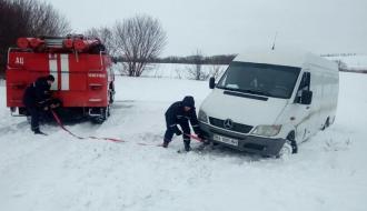 Из кювета на Чемеровеччине спасатели вытащили микроавтобус с тремя пассажирами