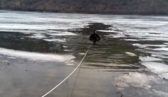 На Хмельнитчине спасатели вытащили из подо льда тело 56-летнего рыбака