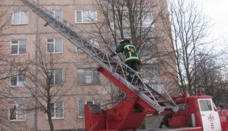 В Нетешине спасатели открыли дверь квартиры, где была 3-летний ребенок