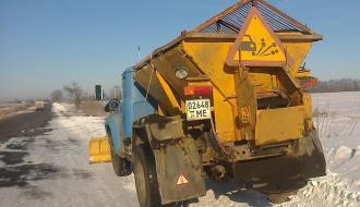 В эти выходные дорожники высыпали на автодороги Области свыше 1500 тонн противогололедной смеси