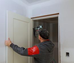 Как вставить дверь в проем стены из газоблоков  установка двери